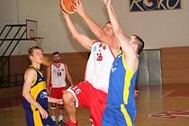Basketbalisté TJ Spartak Uherský Brod (v bíločerveném) porazili Holice 83:66.