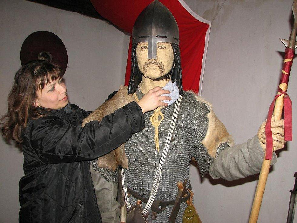 . Na figurínách v expozici Tři pruty Svatoplukovy je stále co cídit a oprašovat.