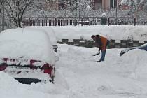 Po vydatném přívalu sněhu se ve středu 1. února pustily uklízecí čety do odklízení až čtyřiceticentimetrových nánosů po celém regionu.