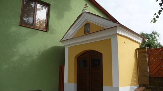 Malá kaplička dostala po opravách vzhlednější podobu. Navíc stavbě oprava pomůže i z praktického hlediska.