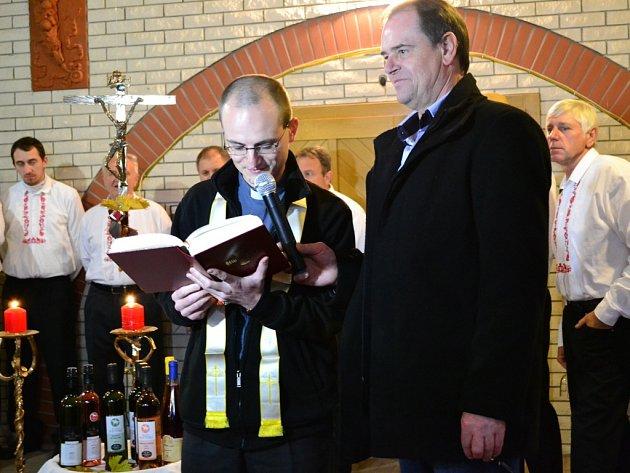 Polešovický farář Petr Souček požehnal mladým vínům.