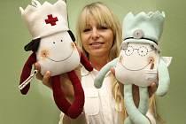 Křest panenek Korunka na dětském oddělení Uherskohradišťské nemocnice. Na snímku autorka panenek Jana Kubečková.