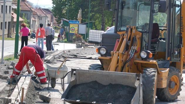ZA POLOVINOU. Dělníci podle plánu dokončí modernizaci náměstí v půlce června.