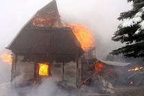Požár zcela zničil nově rekonstruovanou chatu u Komně.