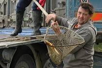 Pořadatelé se pečlivě připravují na rybářské závody na luhačovické přehradě.