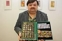 Shromažďování odznaků se věnuje velehradský Ján Glosz 56 let. Přibral si k tomu ještě shromažďování kalendáříků a pivních podtácků.