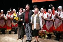 Karel Pavlištík spolupracuje s folklorním souborem už řadu let, také on se připojil k zástupu gratulantů k tomuto významnému jubileu.