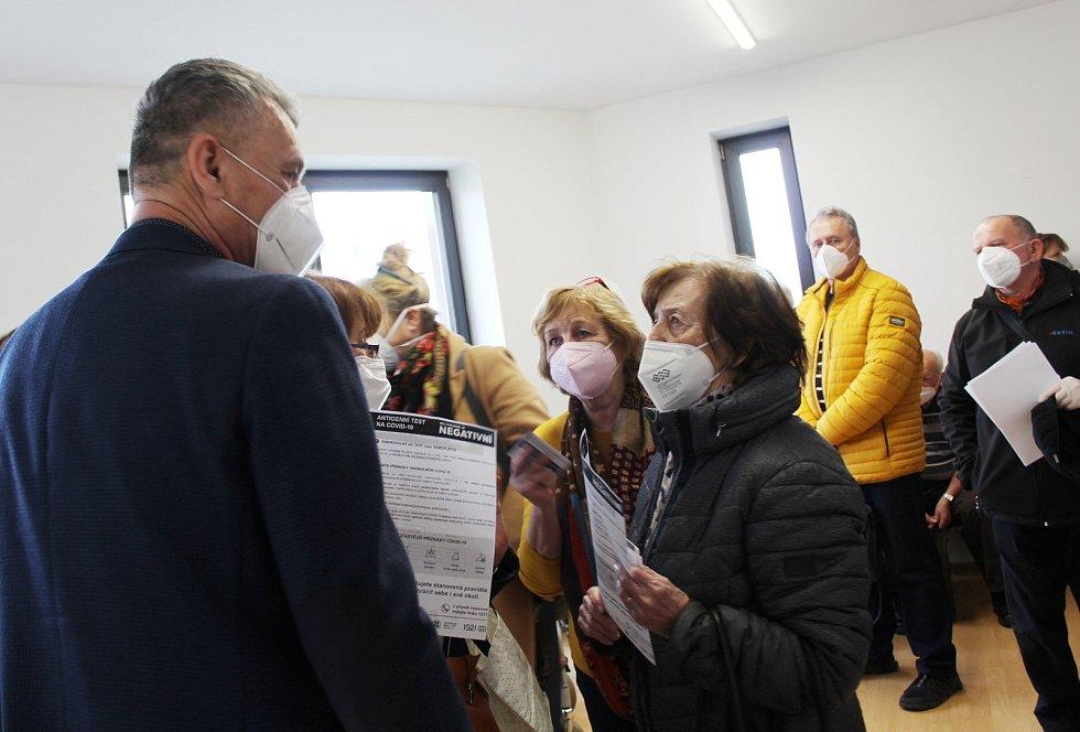 Očkování v ordinaci Evy Dokoupilové odsýpá jako na drátkách. Denně zvládnou 200 lidí. Při odchodu si každý z naočkovaných s sebou odnáší certifikát.