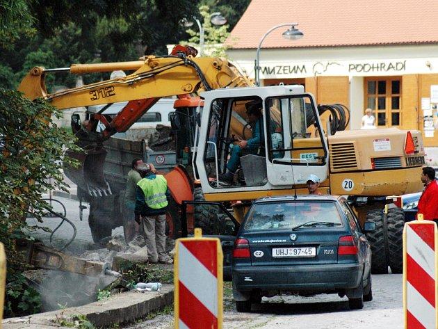 Silnice  uprostřed Buchlovic již týden patří stavbařům.