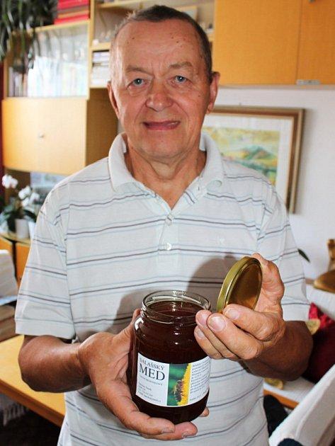 Stanislav Daněk ze Salaše se věnuje chovu včel přes třicet let.