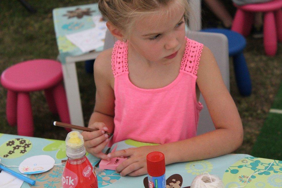 Děti si v rámci programu 43. Letní filmové školy vyzkoušely kreslící triky, jak rozpohybovat obraz před nástupem audiovizuální techniky.