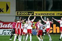Být vidět je hlavním benefitem sportovního sponzoringu. Fotbalisté FC Tescoma nosí jméno svého sponzora v názvu klubu i na dresech.