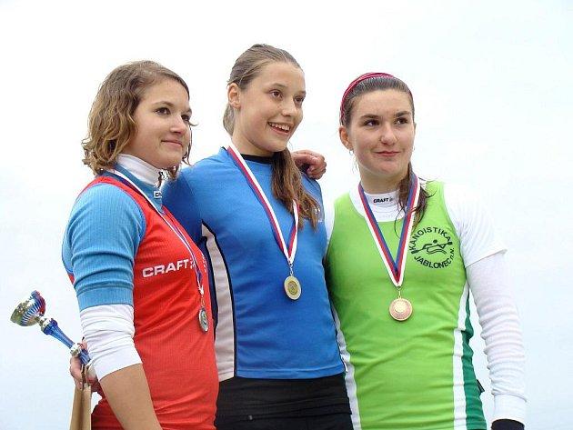 Čtrnáctiletá novoveská kajakářka Kateřina Pjajčíková (vlevo) vybojovala v Sedlčanech tři stříbrné medaile.