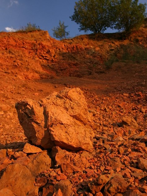 Krajinu porcelanitového lomu autoři publikací přirovnávají k povrchu rudé planety.
