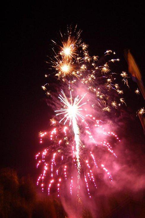 V sobotu 17. července těsně po 23 hodině oblohu nad amfiteátrem ve Starém Hrozenkově na moravskoslovenského pomezí opanoval patnáctiminutový ohňostroj.