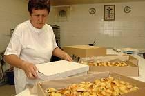 Marie Pleslová upekla pro vlčnovského krále 3000 koláčků.