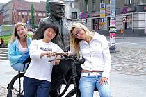 Petra Holáková (vpravo) s Ukrajinkou Oleisou (vlevo) a Číňankou Liou (uprostřed).