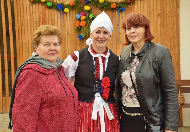 Dagmar Doleželová (zleva), vkroji její dcera Dagmar Vacková a zprava starostka Podolí.