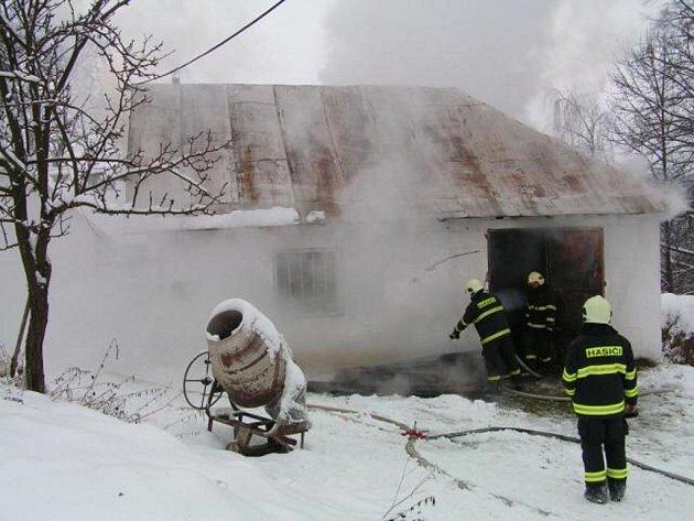 Požár stáje a seníku na Vyškovci hasiči likvidoval do odpoledních hodin.