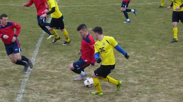 Fotbalisté divizního Strání (ve žlutých dresech) se na jarní boje naladili výhrou nad Radimovem 3:1.