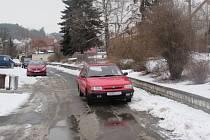 Silničáři musí mnohdy mezi auty doslova kličkovat.