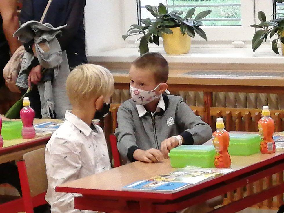 S úsměvy na tvářích zahájily školní rok také v Základní škole Uherské Hradiště - Jarošov. Ve třídě měly děti roušky