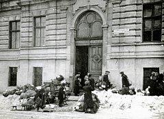 Shromaždiště k deportaci Židů v Uherském Brodě - před gymnáziem, leden 1943.