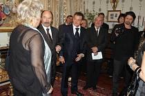 Hostem slavnostního večera na zámku Alessandra Alagii (na snímku uprostřed) byl i fotograf Jadran Šetlík (vlevo od A. Alagii) operní zpěvačka Marie Párová (vlevo od J. Šetlíka)