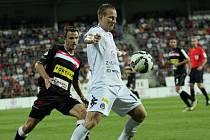 Fotbal Gambrinus liga 1. FC Slovácko - SK Slavia Praha. Zleva Martin Dobrotka a Jiří Valenta.