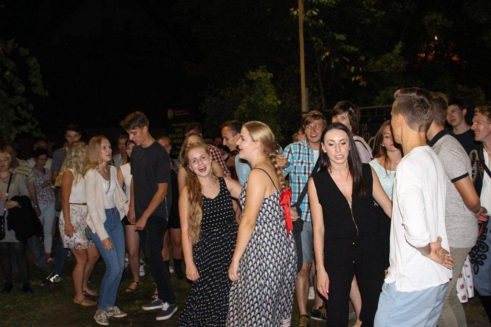 Vinohradskou ulicí večer prošly tisíce lidí.