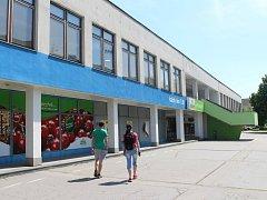 Jedním z nejbolavějších míst sídliště Štěpnice v Uherském Hradišti je neutěšený stav tamějšího nákupního střediska.