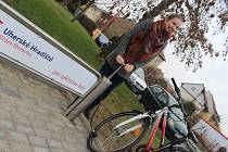 U nového stojanu pro kola na Moravském nábřeží (u restaurace Komín) si může cyklista dofouknout také duši pomocí mechanické pumpy.