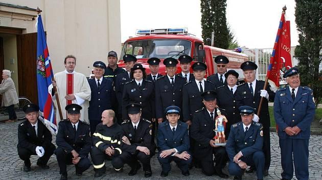 Členem sboru dobrovolných hasičů je v Ostrožské Nové Vsi i tamní kněz Petr Krajčovič.