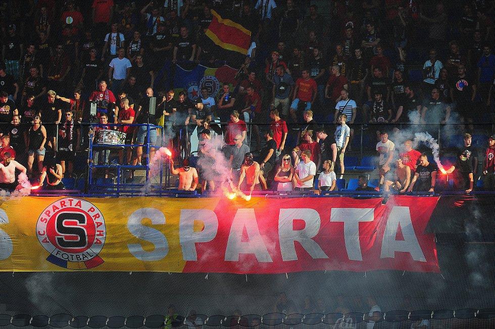Fotbalové utkání Fortuna ligy mezi celky AC Sparta Praha  a 1. FC Slovácko 5. srpna v Praze. Světlice v sektoru domácího kotle.