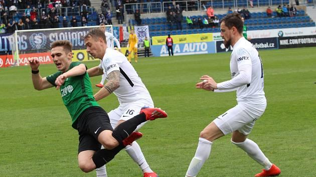 Fotbalisté Slovácka (v bílých dresech) ve 25. kole FORTUNA:LIGY hráli s Jabloncem. Patrik Šimko (uprostřed).