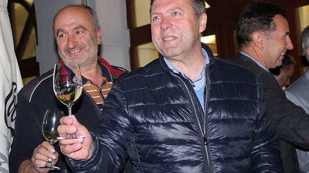 Starosta Uherského Hradiště Stanislav Blaha slavil vítězství ODS v komunálních volbách v tamní kavárně Cafe 21 spolu se stranickými kolegy i s manželkou.