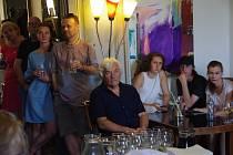 Vernisáž výstavy obrazů Jana Pospíšila v uherskohradišťském Cafe Portal.