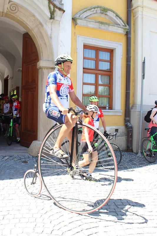 Do Hradiště dorazil peloton cyklistů v čele s mistrem světa Josefem Zimovčákem. Zastávka na nádvoří Reduty. Josef Zimovčák.