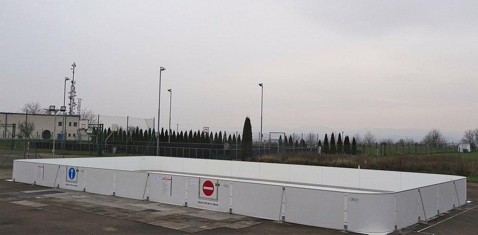 Umělé kluziště ve sportovním areálu na uherskohradišťském sídlišti Východ.