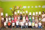 První vysvědčení na konci školního roku převzaly v pátek 30. června také děti 1.A Základní školy UNESCO od své třídní učitelky Veroniky Strakové. Na oslavu si připily rychlými špunty.