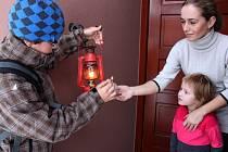 Tradiční poselství předávali skauti z Modré lidem u dveří jejich domovů.