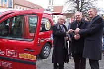 Uherskobrodští rotariáni darovali tamní Charitě auto za čtvrt milionu korun.