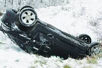 Ford skončil v příkopu na střeše, mladá řidička však vyvázla bez zranění.