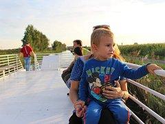 Plavba po Baťově kanále láká turisty i z důvodu bezprostředního kontaktu s přírodou.