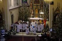 Tradiční akci s názvem Otvírání Betléma uspořádaly po štědrovečerním odpoledni členky scholy Nekonečno v kostele sv. Filipa a Jakuba v Dolním Němčí.