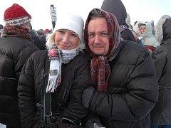Šéfredaktor Slováckého deníku Pavel Bohun (vpravo) při silvestrovském výstupu na Javořinu bez dostatečného oblečení a vybavení.