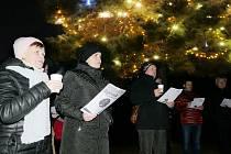 Kvůli Česko zpívá koledy zahájili zasedání zastupitelstva v Dolním Němčí půl hodiny po osmnácté.  Včetně zastupitelů si do centra Vesnice roku ČR 2018 přišlo zakoledovat na 150 lidí.