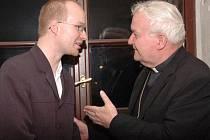 Biskup Hrdlička v rozhovoru s tvůrcem filmu Lukášem Uchytilem.