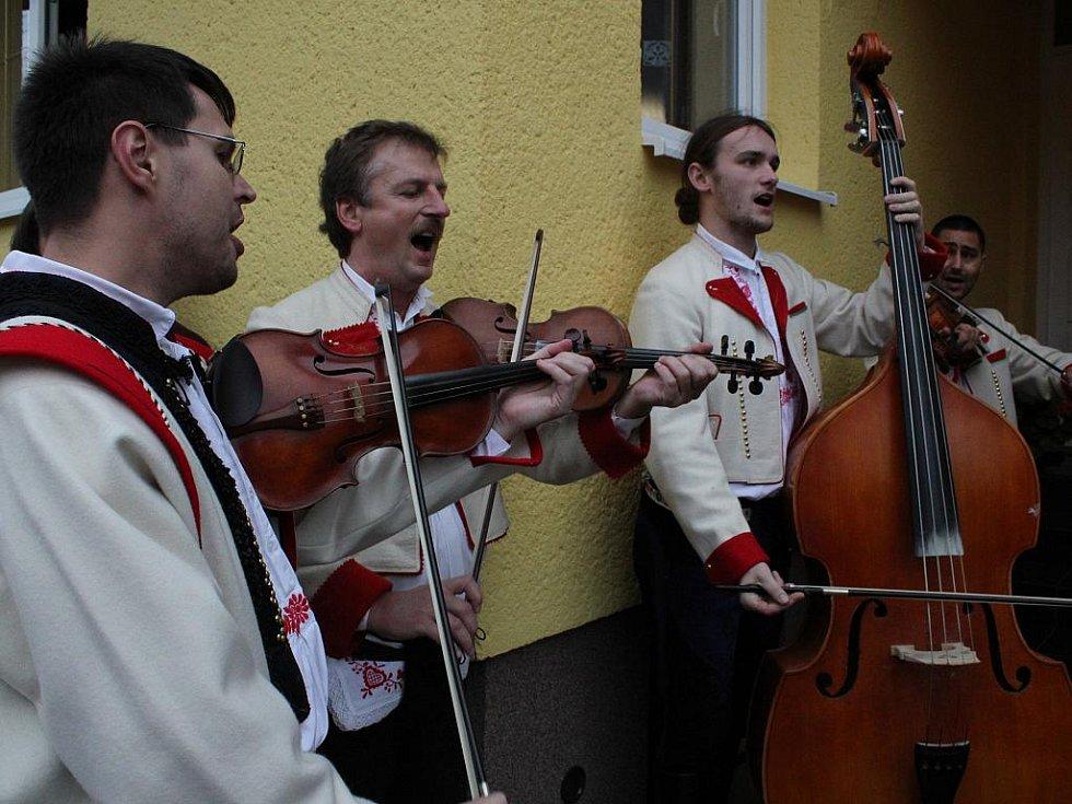 Krojovaný průvod a stárci v Kudlovicích.