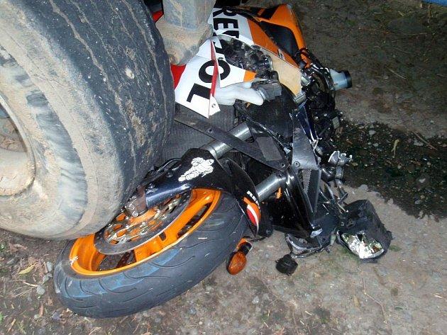 Motorkář nepřežil střet s traktorem.